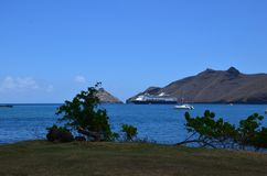 Barco de cruceros amarrado de orilla en Nuka Hiva foto de archivo libre de regalías