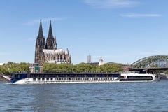 Barco de cruceros AMASTELLA del río que pasa la catedral de Colonia Fotos de archivo libres de regalías
