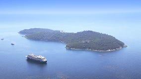 Barco de cruceros anclado cerca de las islas almacen de metraje de vídeo