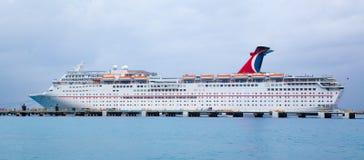 Barco de cruceros anclado en el muelle Fotos de archivo