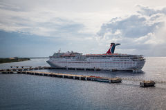 Barco de cruceros anclado en el muelle Imagen de archivo