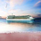 Barco de cruceros apenas de la costa de una isla Fotografía de archivo