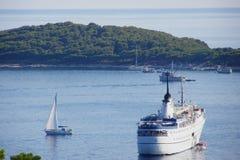 Barco de cruceros asegurado Imagenes de archivo