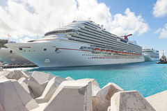 Barco de cruceros asegurado en acceso de destinación del Caribe foto de archivo libre de regalías