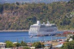 Barco de cruceros asegurado en bahía Imagenes de archivo