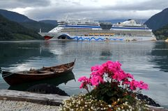 Barco de cruceros asegurado en el fiordo de Ulwik Imagen de archivo libre de regalías