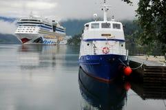 Barco de cruceros asegurado en el fiordo de Ulwik Fotografía de archivo