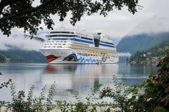 Barco de cruceros asegurado en el fiordo de Ulwik Fotografía de archivo libre de regalías