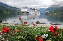 Barco de cruceros asegurado en el fiordo de Ulwik Imagenes de archivo