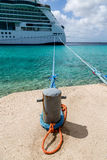 Barco de cruceros atado al bolardo de acero Fotografía de archivo