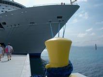 Barco de cruceros atado apagado Imágenes de archivo libres de regalías