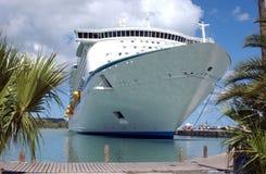 Barco de cruceros atracado imagen de archivo libre de regalías