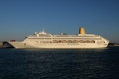 Barco de cruceros atracado Fotografía de archivo