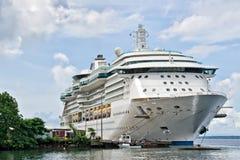 Barco de cruceros atracado Foto de archivo