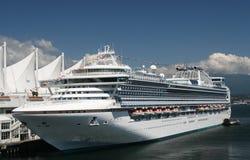 Barco de cruceros atracado imágenes de archivo libres de regalías