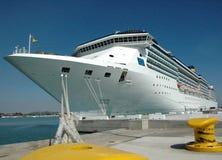 Barco de cruceros atracado Foto de archivo libre de regalías