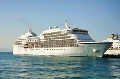 Barco de cruceros atracado en acceso foto de archivo libre de regalías