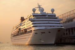 Barco de cruceros atracado en la terminal del océano en la puesta del sol Fotografía de archivo libre de regalías