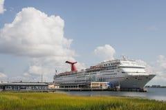 Barco de cruceros atracado por el pantano del humedal Fotografía de archivo libre de regalías