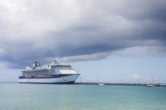 Barco de cruceros azul y blanco o Imágenes de archivo libres de regalías
