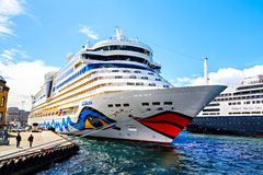 Barco de cruceros blanco en el puerto, Noruega Imagen de archivo libre de regalías