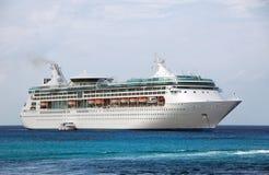 Barco de cruceros blanco grande cerca de la isla Imagenes de archivo