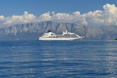 Barco de cruceros blanco grande en el mar azul tranquilo Fotografía de archivo libre de regalías