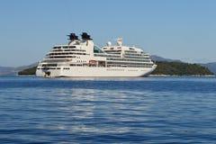 Barco de cruceros blanco grande en el mar azul tranquilo Foto de archivo