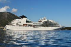 Barco de cruceros blanco grande en el mar azul tranquilo Fotos de archivo libres de regalías