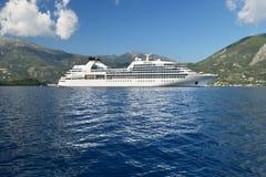 Barco de cruceros blanco grande en el mar azul tranquilo Fotos de archivo