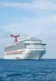 Barco de cruceros blanco moderno en acceso Imágenes de archivo libres de regalías