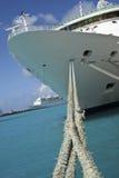 Barco de cruceros con las cuerdas Foto de archivo