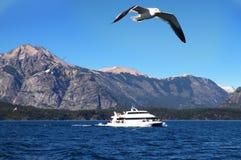Barco de cruceros con las gaviotas Imagenes de archivo