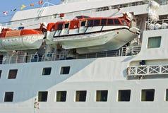 Barco de cruceros con los botes salvavidases Fotos de archivo