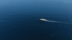 Barco de cruceros con los flotadores de los turistas de los pasajeros en el océano abierto, visión aérea metrajes