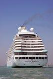Barco de cruceros cristalino del lujo de la serenidad imagenes de archivo