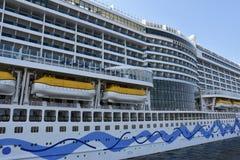 Barco de cruceros de AIDAprima atracado en Hamburgo, Alemania fotografía de archivo