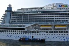 Barco de cruceros de AIDAprima atracado en Hamburgo, Alemania foto de archivo libre de regalías