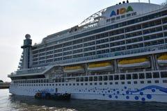 Barco de cruceros de AIDAprima atracado en Hamburgo, Alemania fotos de archivo