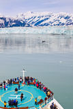 Barco de cruceros de Alaska en el glaciar de Hubbard Fotos de archivo
