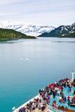 Barco de cruceros de Alaska que acerca al glaciar de Hubbard Foto de archivo libre de regalías
