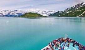 Barco de cruceros de Alaska que navega al glaciar de Hubbard Fotos de archivo