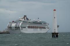 Barco de cruceros de Dawn Princess en el puerto Melbourne Imágenes de archivo libres de regalías