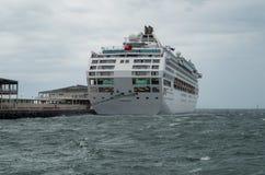 Barco de cruceros de Dawn Princess en el puerto Melbourne Imagen de archivo libre de regalías
