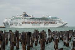 Barco de cruceros de Dawn Princess en el puerto Melbourne Foto de archivo