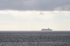 Barco de cruceros de desaparición en neblina del agua azul Fotos de archivo libres de regalías