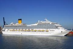 Barco de cruceros de la costa Imágenes de archivo libres de regalías