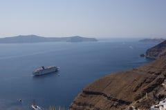 Barco de cruceros de la costa de Santorini Santorini - uno del m Imagenes de archivo
