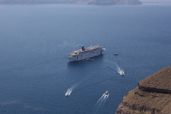 Barco de cruceros de la costa de Santorini Santorini - uno del m Foto de archivo libre de regalías
