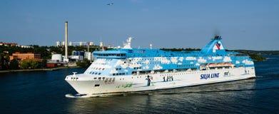 Barco de cruceros de la galaxia que sale del puerto de Estocolmo Imágenes de archivo libres de regalías